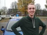 <h5>Jeroen</h5><p>Jawel, ook Jeroen is zojuist geslaagd voor zijn rijbewijs B. De eerste dit najaar op winterbanden. Mooie rit in druilerig grijs herfstweer door Arnhem Noord. Je tussentijdse toets was al goed, alleen reed je toen alsof je haast had. Ik citeer de examinator: &quot;je rijdt als een jonge vent in een Golf GTI&quot;. Daarvoor kreeg je voor doorstroming een 10..... Dat lijkt een mooi cijfer, maar hier is een 7 meer op zijn plaats. Die snelheid hebben we de laatste lessen iets getemperd zodat je meer tijd over houdt om goed te kijken. En dat deed je vandaag uitstekend! Ze hebben je er niet &quot;ingeluisd&quot;, een woord dat ik niet meer mag gebruiken van de examinator.... (auw!) Jeroen, ik heb je met veel plezier les gegeven, onze humor had duidelijk raakvlaken. Ik wens je veel rijplezier en succes met je studie.  Groeten, Lendert</p>